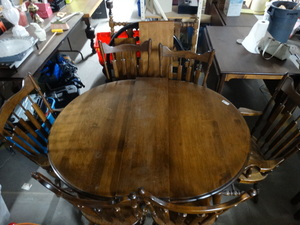 Nice Solid wood Oval Dinner table with 6 chairs and extra leaf