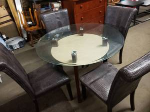 Extremely Nice Modern Round Glass Top Dining Table with 4 Leather Chairs