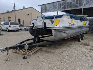 Suncrusier By Lowe SS220 22ft Pontoon With Trailer And Motor