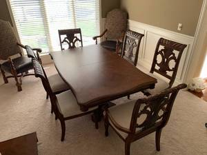 AMAZING Dining Table W/ 6 Matching Chairs.