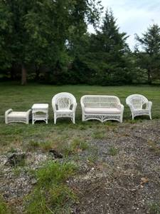 5 pieces of wicker furniture