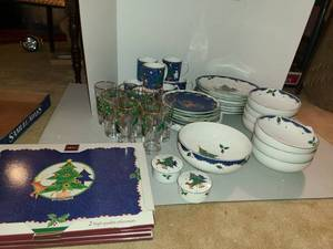 Mikasa CHRISTMAS GLO Dinnerware Service for 8 ppl.